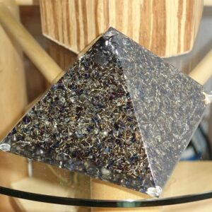 21 Pyramide auf Glas 671x671 1